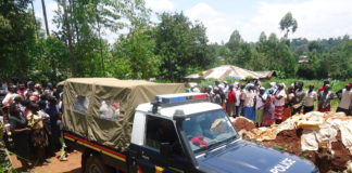 The police ferrying the body of the deceased to Vihiga referral hospital mortuary