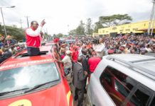 President Uhuru Kenyatta addressing residents in Buruburu, as they headed to KICC