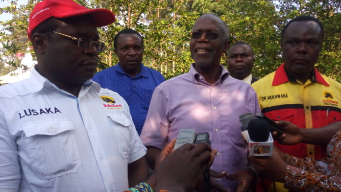 Former minister Musikari Kombo addressing the press accompanied by Bungoma Governor Ken Lusaka