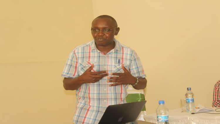 The CEO of media council of Kenya Dr. Harun Mwangi explains a point during the training