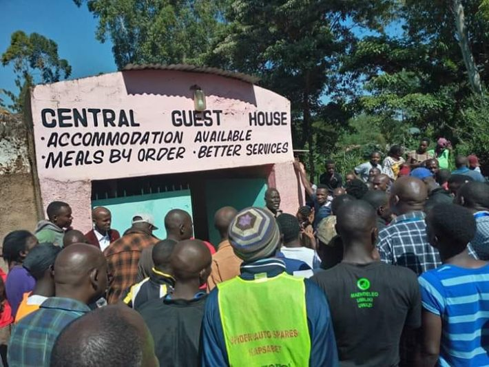 Residents of Mbale town, Vihiga County, struggled to get a view of the two lovers