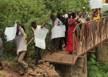 Kaukotoit residents demonstrate along the Migingo bridge