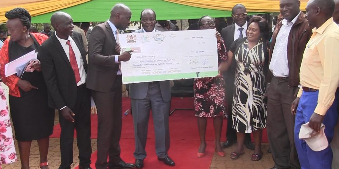 Vihiga Governor Wilber Otichilo (centre) expressed his delight with the project