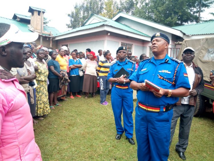 Lugari sub county police commander Patrick Maundu (right) together with his Likuyani counterpart Boniface Lisiolo addressing residents at the scene