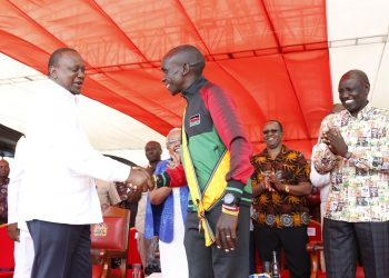 President Uhuru Kenyatta awarding marathoner Eliud Kipchoge during Mashujaa Day. Photo/DPPS