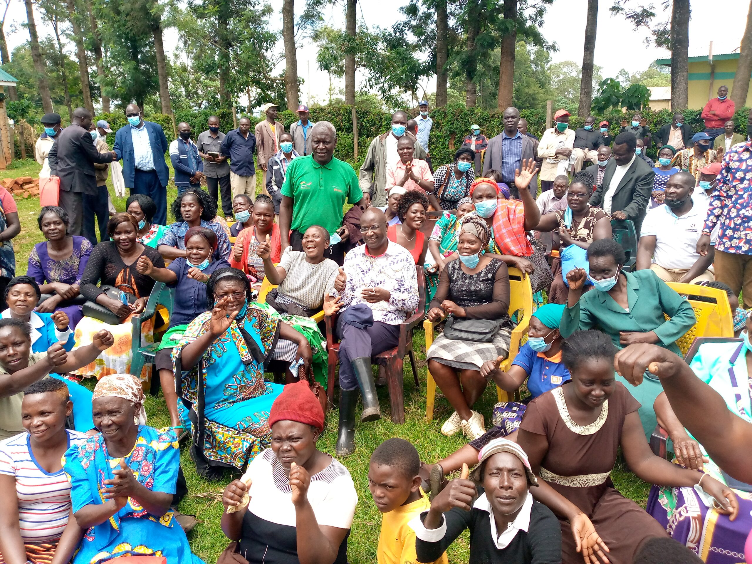 Ndalu farmers pose for a photo with Governor Wangamati